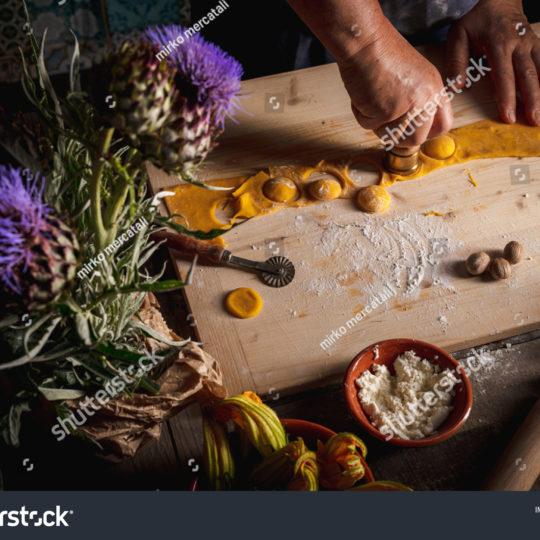https://lnx.mirkone.it/wp-content/uploads/2016/01/stock-photo-homemade-pasta-making-process-the-chef-makes-traditional-italian-fresh-pasta-by-hand-1767484295-540x540.jpg